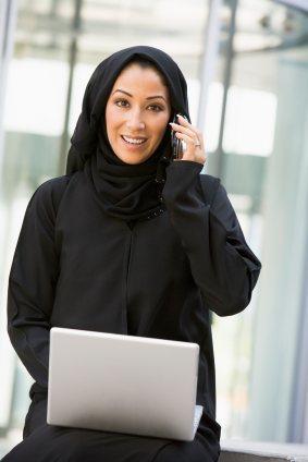 arabische frau mit handy und laptop blog eidam partner. Black Bedroom Furniture Sets. Home Design Ideas